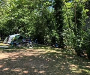 Onze campingplaatsen aan de beek